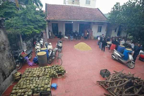 Người dân cả nước hối hả gói hàng nghìn chiếc bánh Tét gửi bà con vùng lũ