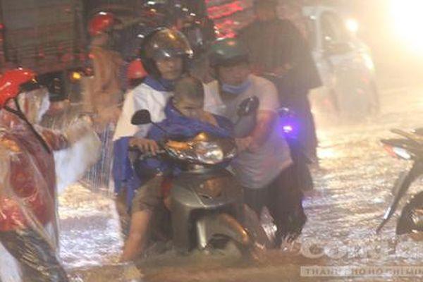 Đồng Nai: Mưa hơn 2 tiếng, nước chảy như lũ trên đường Bùi Văn Hòa