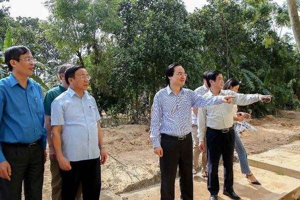 Bộ trưởng Phùng Xuân Nhạ thăm, tặng quà giáo viên, học sinh vùng lũ Hà Tĩnh