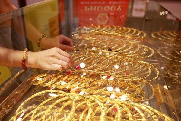 Giá vàng hôm nay 24/10: Đà giảm giá của vàng được chặn lại
