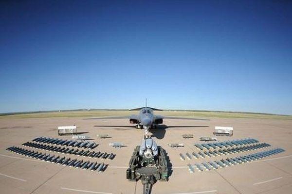 Mỹ bất ngờ điều 4 máy bay ném bom cùng 200 lính tới đảo Guam