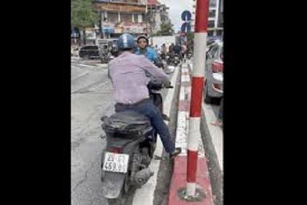 Camera giao thông: Tài xế SH chạy ngược chiều, quyết không 'nhường' cho xe lưu thông đúng đường