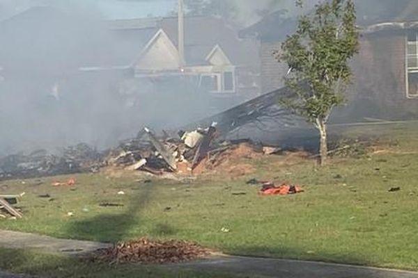 Máy bay hải quân Mỹ rơi xuống khu dân cư, 2 người thiệt mạng