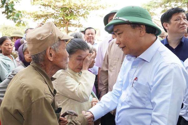 Thủ tướng thăm hỏi, động viên bà con vùng lũ