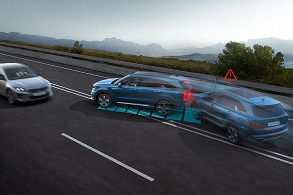 Kia Sorento 2021 tự khóa bánh xe sau va chạm
