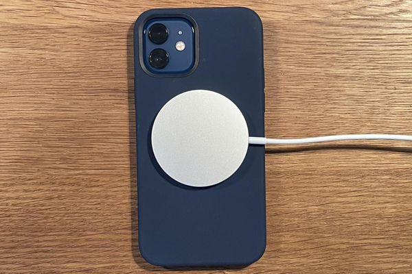 Sạc MagSafe trên iPhone 12 có thể phá hỏng ốp lưng, thẻ tín dụng