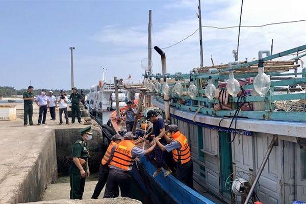 Tiếp nhận tàu cá cùng 7 thuyền viên bị nạn trên biển