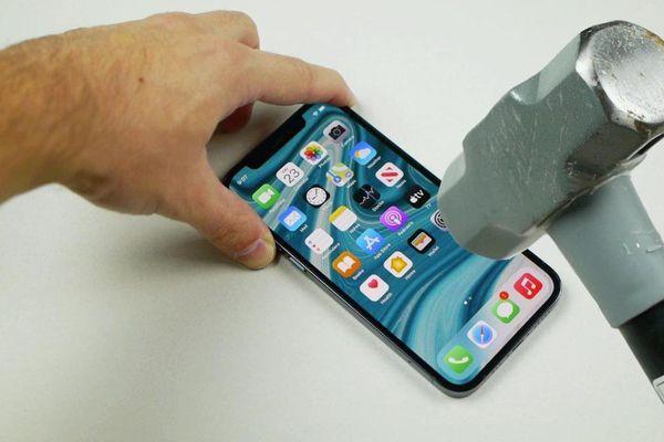 Màn hình iPhone 12 Pro có bền không cứ dùng búa đập thử là biết