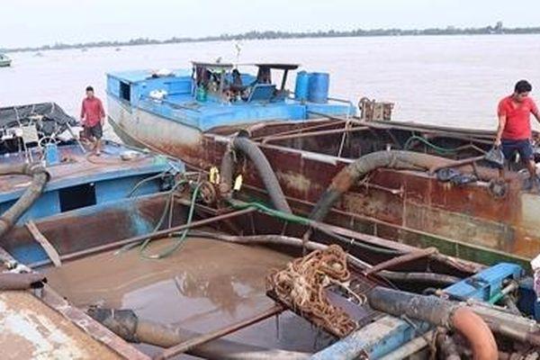 Công an Vĩnh Long bắt hai tàu sắt hút trộm cát sông