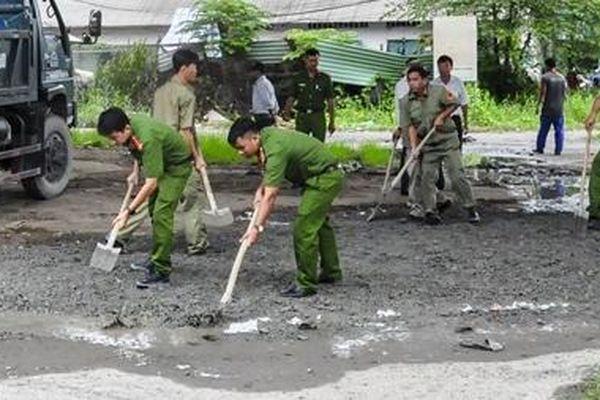Công an TP Cần Thơ giúp dân dặm vá đường trong mùa mưa bão