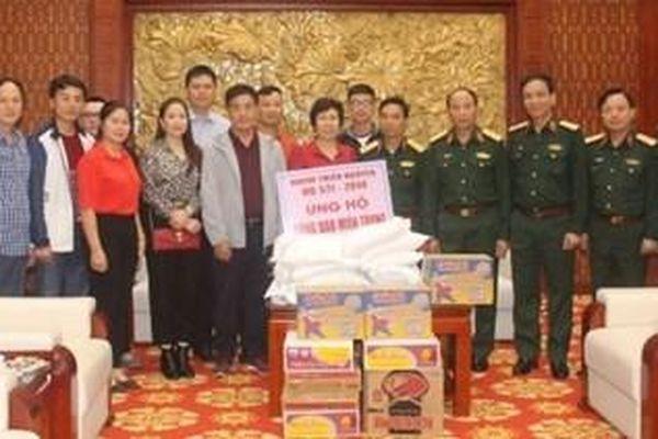 Nhóm thiện nguyện HQ 571 - 2014 ủng hộ người dân vùng lũ