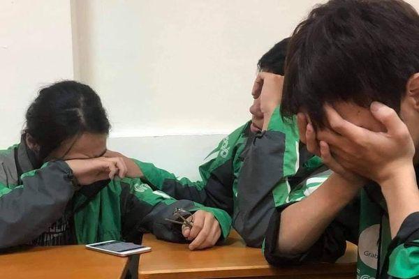 Sinh viên xa nhà bật khóc khi nghe điện thoại của bố mẹ ở quê: Bão đã cuốn đi tất cả...