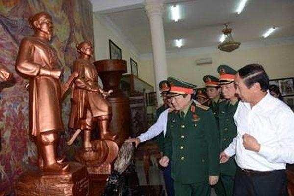 Đại tướng Ngô Xuân Lịch dâng hương tại di tích Bạch Đằng Giang