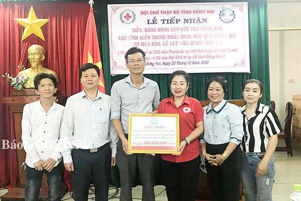 Công nhân lao động hướng về miền Trung