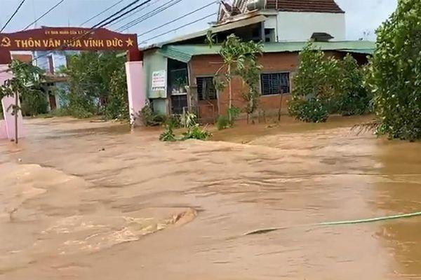 Bình Định: Sau bão, lũ đổ về, nhiều nhà dân ngập sâu