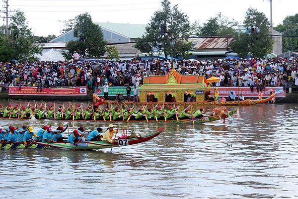 Tưng bừng lễ hội Ok Om Bok của đồng bào Khmer