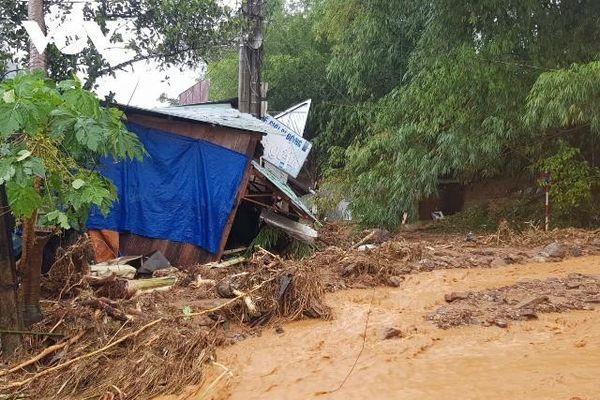 NÓNG: Sạt lở đất ở Quảng Nam, nhiều người bị vùi lấp
