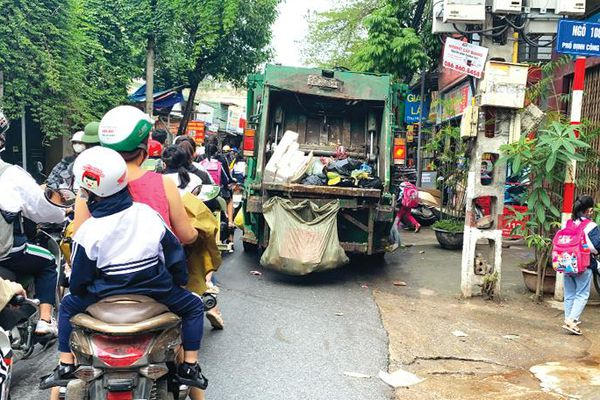 Ùn ứ giao thông vì xe thu gom rác