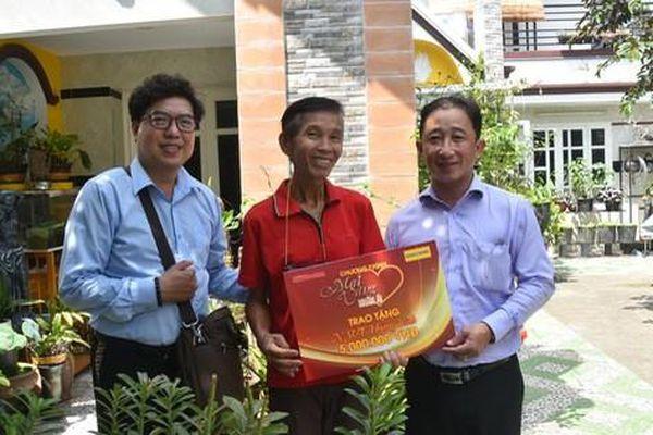 'Mai Vàng nhân ái' thăm nhạc sĩ Lê Duyên và NSƯT - ca sĩ Hoàng Vĩnh