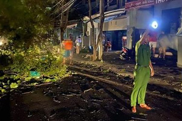 Xuyên đêm giúp dân khắc phục thiệt hại bão số 9