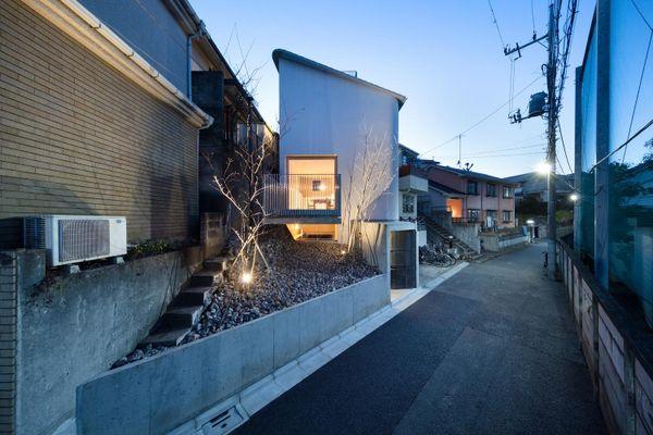 Ngôi nhà 4 tầng có ban công lơ lửng trên diện tích đất 50 m2