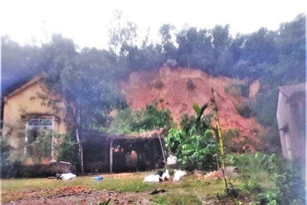 Hà Tĩnh: Sơ tán khẩn cấp hơn trăm hộ dân do sạt lở núi