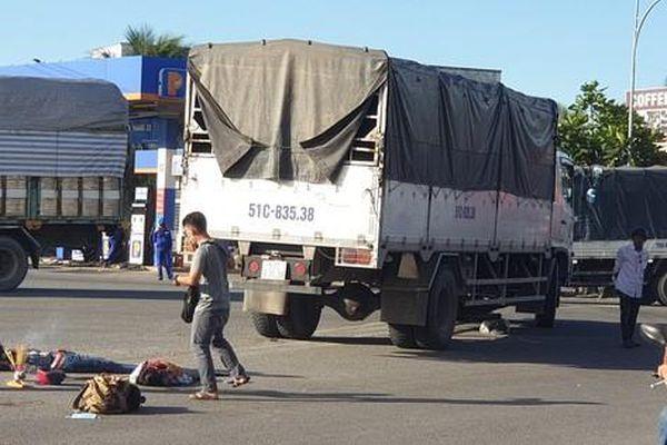 Xe tải chèn qua người, 2 mẹ con chết thảm