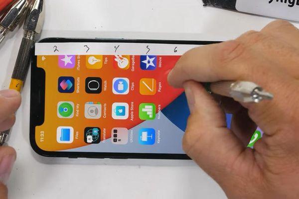 Kính Ceramic Shield trên iPhone 12 Pro xuất sắc vượt qua màn 'tra tấn' bằng dao