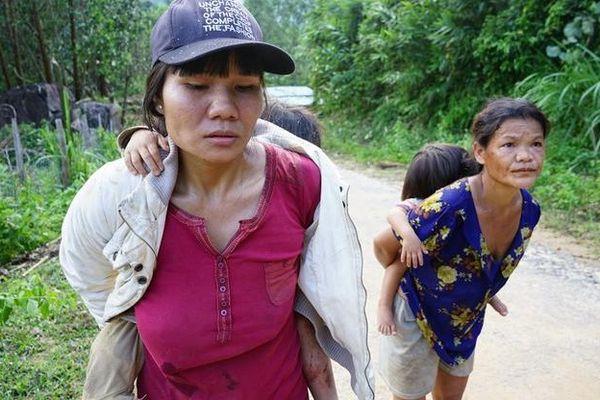 Người mẹ mất 3 đứa con trong vụ sạt lở kinh hoàng: 'Làng mất rồi, con cũng bị vùi trong đó'