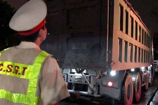Kinh hoàng lái xe tải 'Hổ vồ' không GPLX, chở quá tải 200%