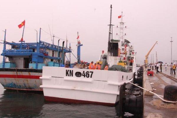 Lai dắt tàu cá BĐ 98658 TS cùng 11 ngư dân gặp nạn vào bờ