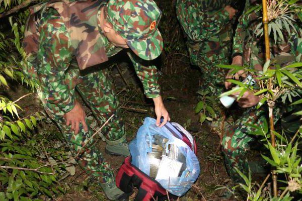 'Đấu súng' trong rừng, nhóm tội phạm bỏ lại chiếc ba lô chứa đầy ma túy tẩu thoát