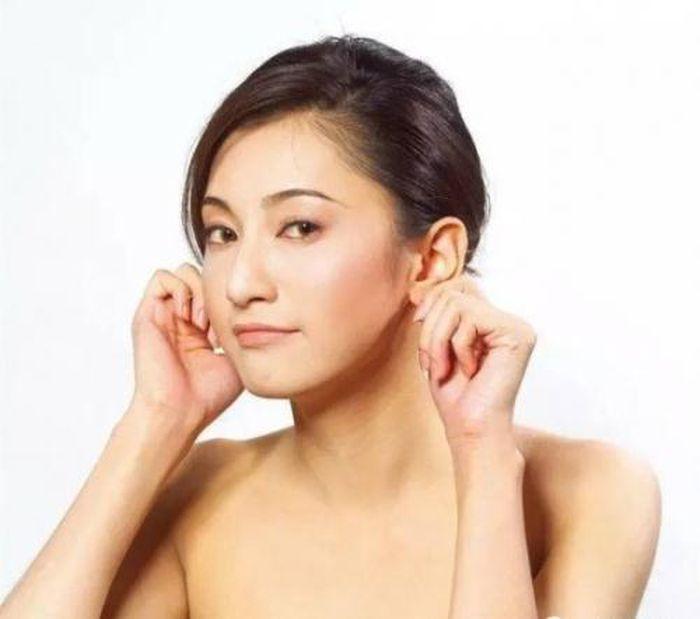 Kết quả hình ảnh cho dùng hai tay vuốt vành tai