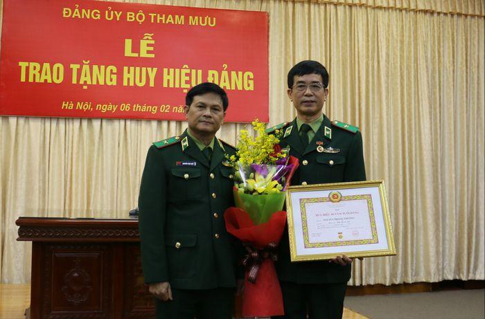 Trao Tặng Huy Hiệu 40 Năm Tuổi đảng Cho Thiếu Tướng Nguyễn Trọng Thường Bao Bien Phong