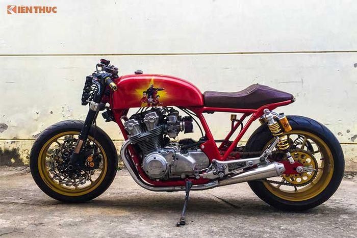 Chiếc xe môtô Honda CB750F đời 1980 này từng được một tay thợ độ có tiếng tại Việt Nam tại garage Tự Thanh Đa lột xác theo phong cách cafe racer với ...
