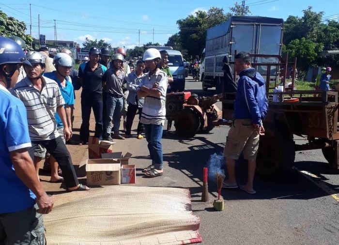 Kết quả hình ảnh cho Tránh máy cày, người đàn ông đi xe máy bị xe tải tônG