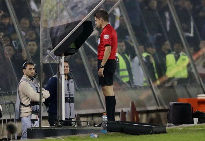 AFC phải gấp rút đào tạo, huấn luyện trợ lý để vận hành công nghệ VAR tại Asian Cup 2019 - Ảnh: REUTERS