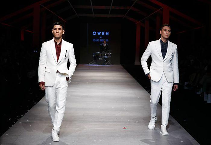 Báo VietnamPlus: Dàn 'nam nhân' khoe body 6 múi trong trang phục dạ tiệc của Owen