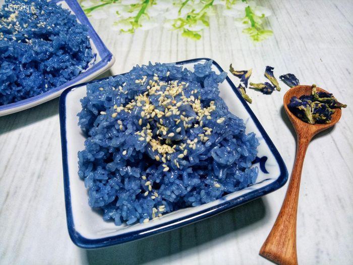 Khéo tay nấu xôi hoa đậu biếc dẻo thơm và đẹp mắt, ăn là ghiền ...