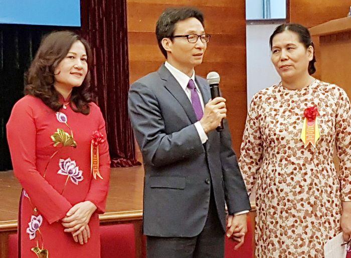 Phó Thủ tướng Vũ Đức Đam và Chủ tịch Hội BVQTEVN Nguyễn Thị Thanh Hòa (phải), Thứ trưởng Bộ LĐTB&XH Nguyễn Thị Hà