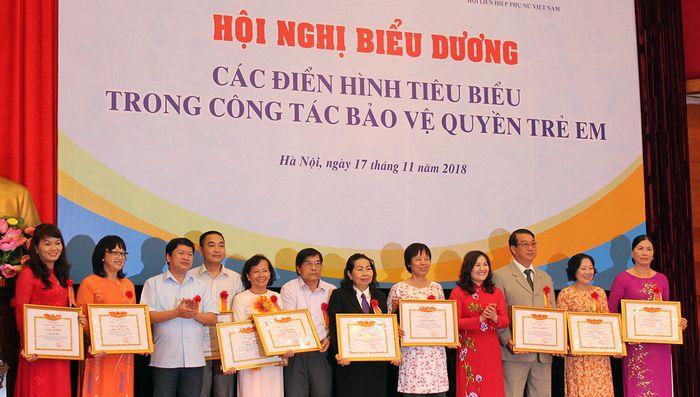 12 tập thể và 17 cá nhân nhận bằng khen của Bộ LĐTB&XH