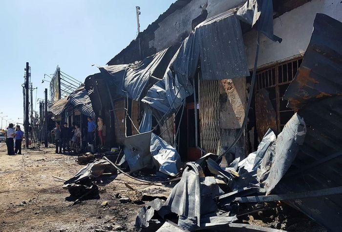 Mái tôn của những căn nhà bên quốc lộ 13 bị đổ sau vụ cháy.(Ảnh: An Huy)