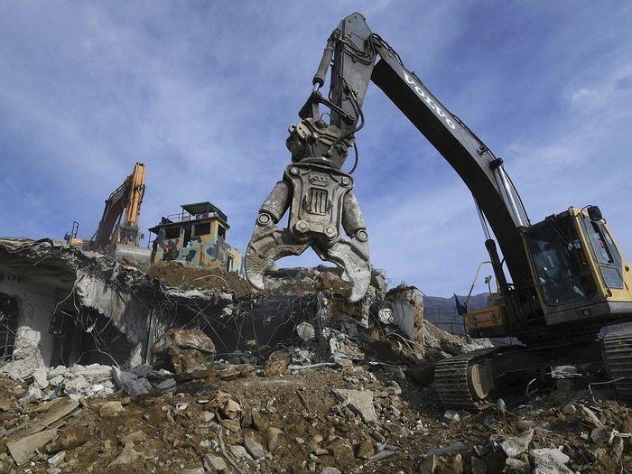 Quân đội Hàn Quốc dùng máy xúc, máy ủi để phá dỡ lô cốt và công sự nổi. (Ảnh: Internet)