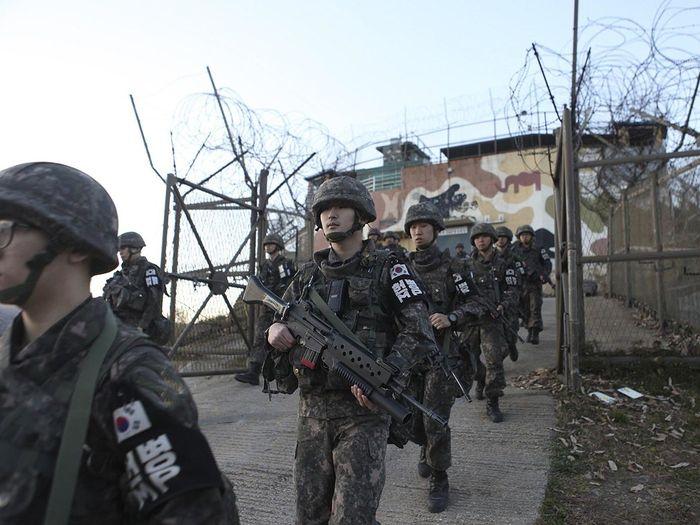 Lính Hàn Quốc rút khỏi chốt trước khi tiến hành phá dỡ. (Ảnh; Internet)