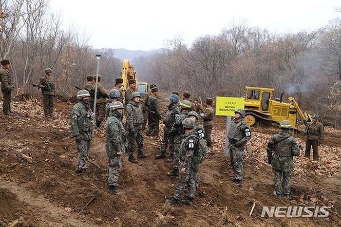 Triều Tiên cho thông con đường chạy qua Khu phi quân sự. (Ảnh: NEWSIS)