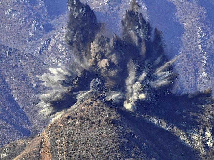Quân đội Triều Tiên dùng thuốc nổ phá hủy chốt gác trong khu phi quân sự. (Ảnh: Internet)