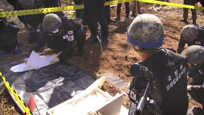 Binh sĩ quân đội Hàn Quốc tiến hành khai quật hài cốt binh sĩ tử trận khi xưa. (Ảnh: Internet)
