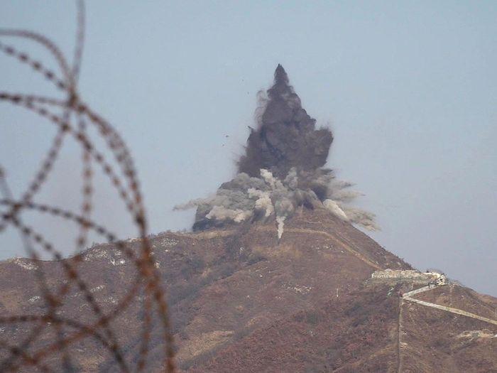 Phía Hàn Quốc quan sát theo dõi công tác phá dỡ chốt gác của phía Triều Tiên. (Ảnh: Internet)