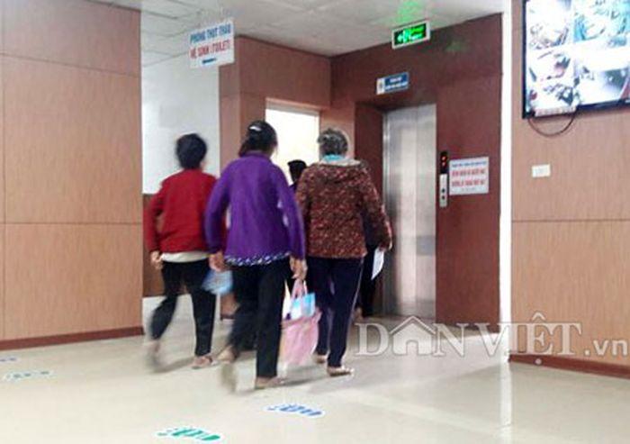 Nông dân được nhân viên bệnh viện này dẫn vào nơi khám. (Ảnh: Internet)