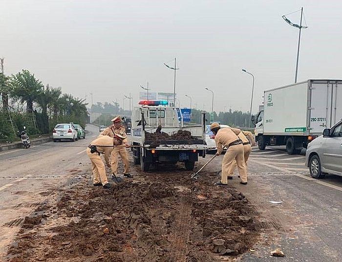 4 ÔtÔtông liên hoàn vì tránh đống bùn đất giữa đường